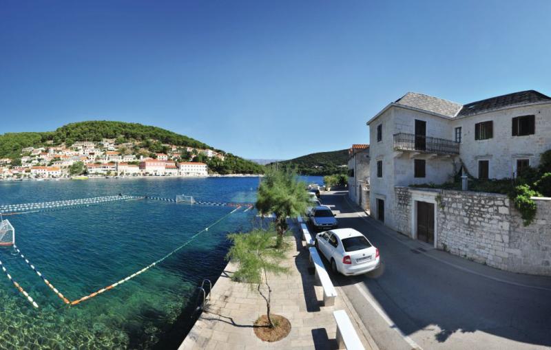 1159648,Apartamento en Pucisca, Dalmatia Islands, Croacia para 4 personas...