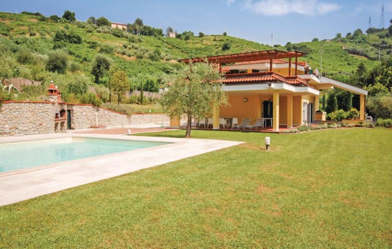Aznive 1157235,Casa grande en Carrara, en Toscana, Italia  con piscina privada para 10 personas...