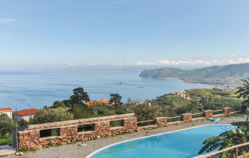 10 1164038,Apartamento en Gioiosa Marea Me, Sicily, Italia  con piscina privada para 4 personas...