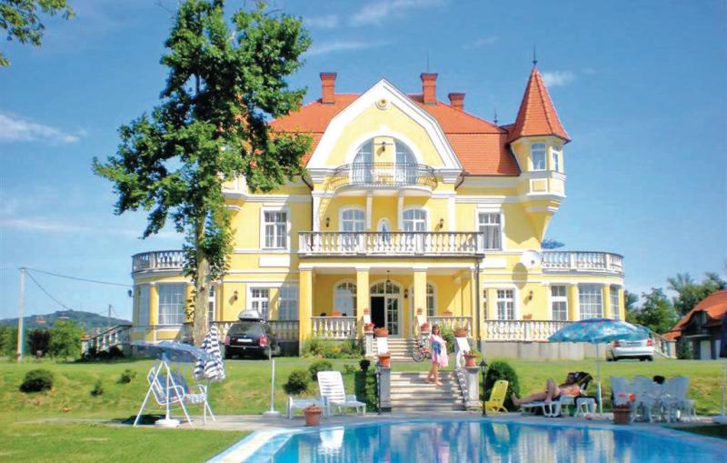 1165808,Vivienda de vacaciones grande  con piscina privada en Fonyód, Balaton, Hungría para 30 personas...