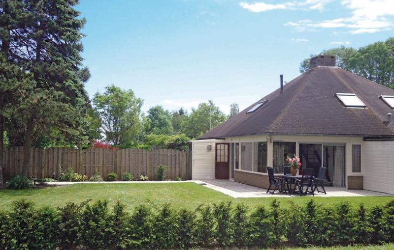 Oud kempen bungalow 99 1168797,Vivienda de vacaciones en Stavenisse, Zeeland, Holanda  con piscina privada para 4 personas...