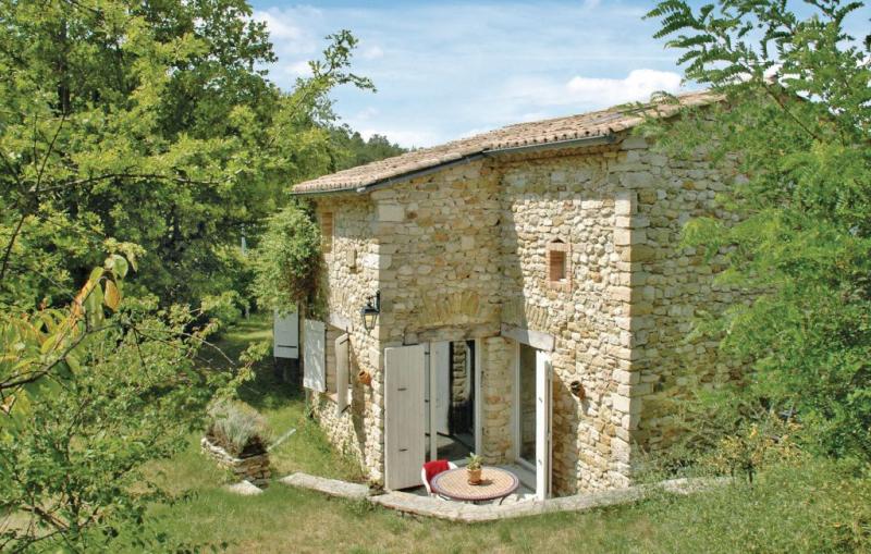 1176089,Vivienda de vacaciones  con piscina privada en La Begude-De-Mazenc, Drôme, Francia para 13 personas...