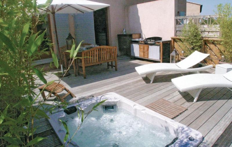 1181252,Vivienda de vacaciones  con piscina privada en Mallemort, Rhône, Francia para 6 personas...