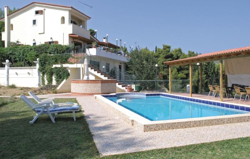 1184760,Vivienda de vacaciones en Kiato, Peloponese, Grecia  con piscina privada para 14 personas...