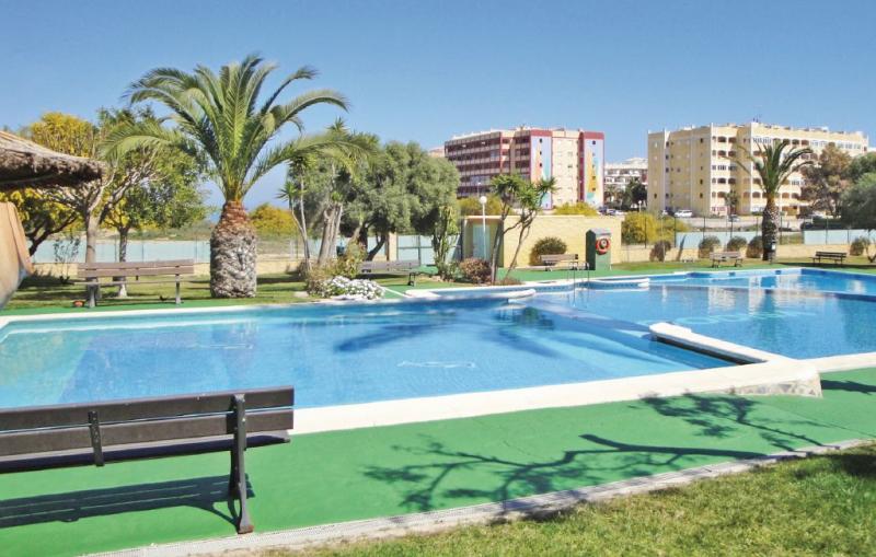 1190304,Apartamento  con piscina privada en Torrevieja, en la Costa Blanca, España para 4 personas...