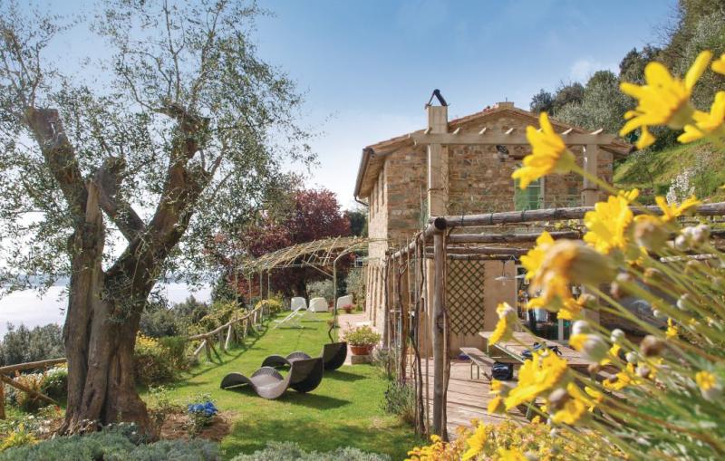 Casa di giulio 1190637,Casa  con piscina privada en Massarosa (Lu), en Toscana, Italia para 7 personas...