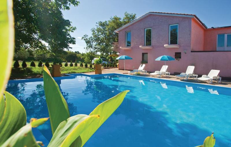 1192420,Apartamento  con piscina privada en Valtursko Polje, Istria, Croacia para 3 personas...
