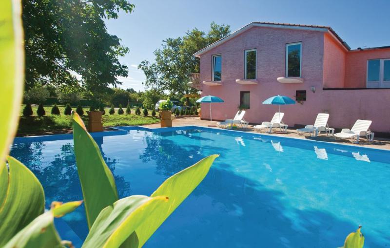 1192422,Apartamento  con piscina privada en Valtursko Polje, Istria, Croacia para 3 personas...