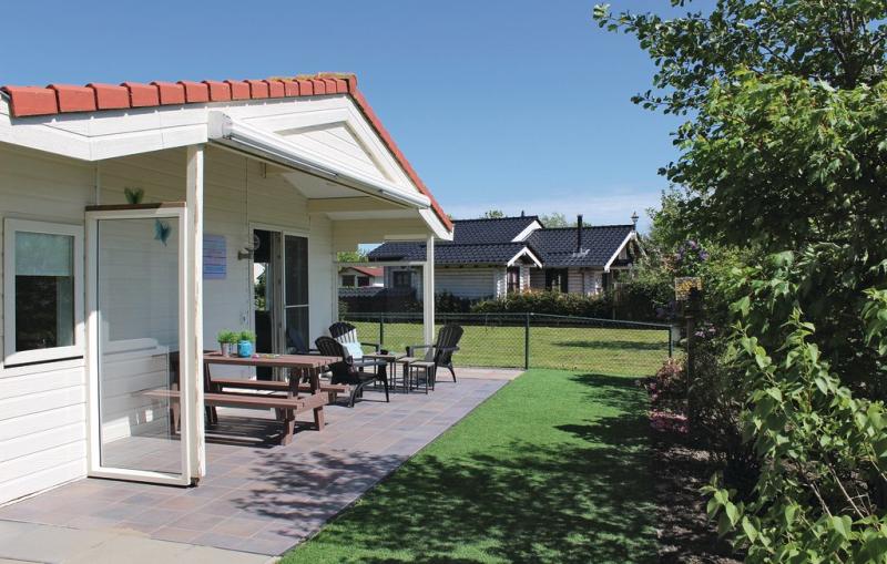 1198361,Vivienda de vacaciones  con piscina comunitaria en Sint-Annaland, Zeeland, Holanda para 4 personas...