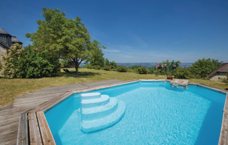 1199194,Vivienda de vacaciones  con piscina privada en Yssandon, Limousin, Francia para 5 personas...