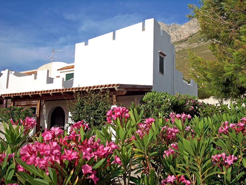 Rosa 1420540,Apartamento en Makari, Sicily, Italia  con piscina privada para 5 personas...