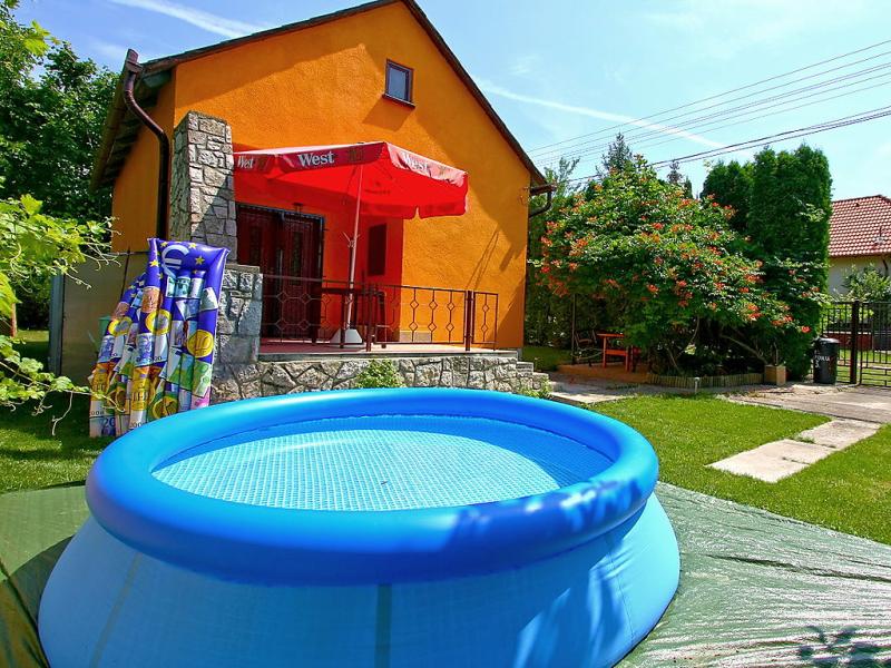 1430032,Villa  con piscina privada en Balatonkenese, Balaton Felvidek, Hungría para 4 personas...