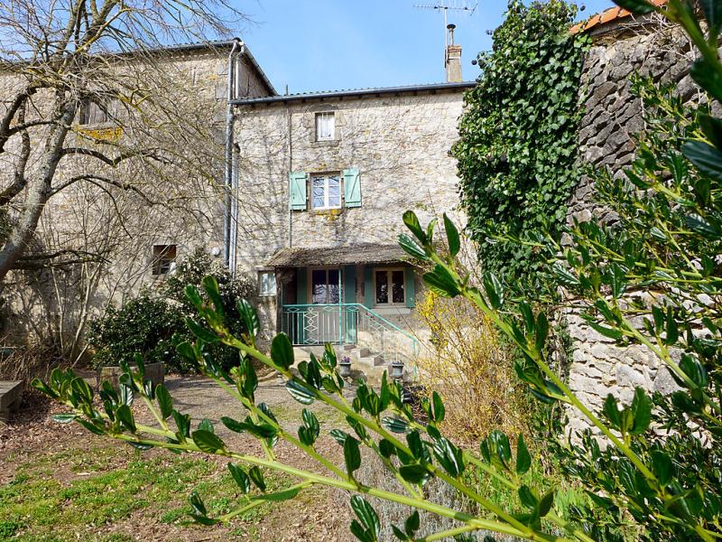 Le jardin de timothee 1432148,Vivienda de vacaciones  con piscina privada en Montmorillon, Loire, Francia para 9 personas...