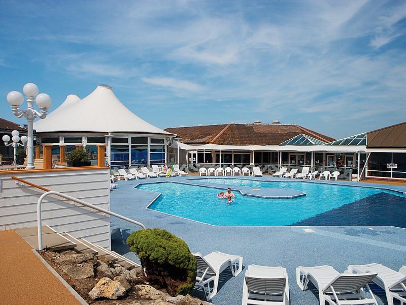Allhallows 1439007,Vivienda de vacaciones en Rochester, South-East, Reino Unido  con piscina privada para 8 personas...
