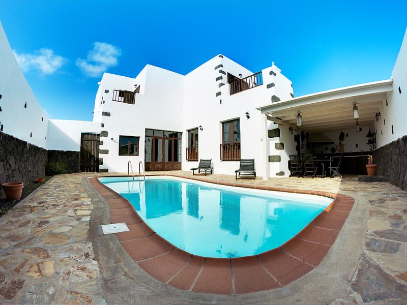 Villa mareta 1484557,Vivienda de vacaciones  con piscina privada en Tinajo, en Canarias, España para 6 personas...