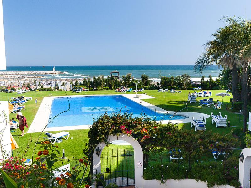 Cabopino 1492100,Apartamento en Marbella, en la Costa del Sol, España  con piscina privada para 2 personas...