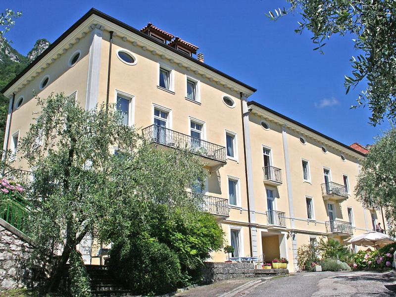 Englovacanze 1413733,Cuarto de hotel  con piscina privada en Riva del Garda, Trentino-Alto Adige, Italia para 4 personas...