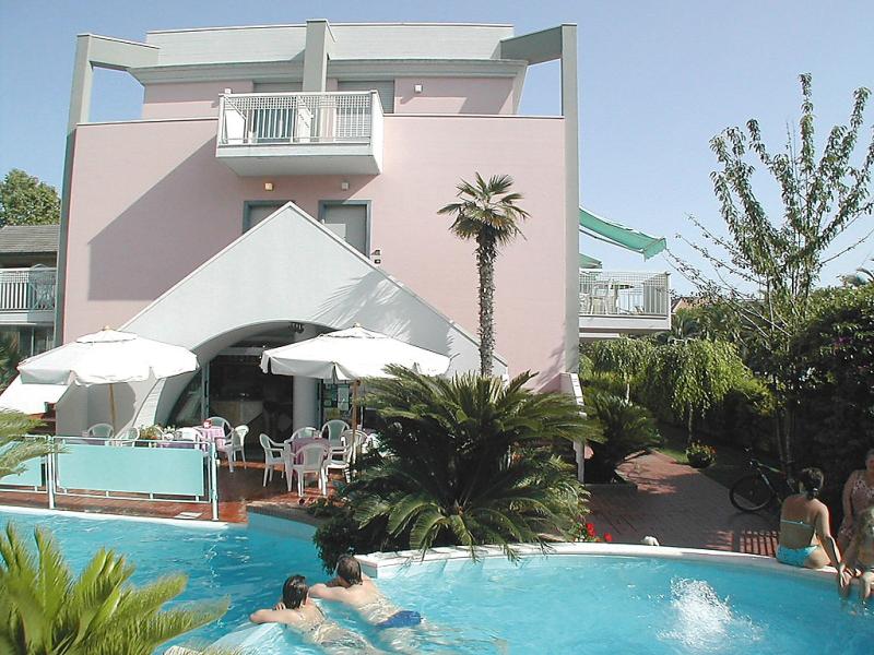 Mediterraneo 1414225,Cuarto de hotel  con piscina privada en San Benedetto del Tronto, Le Marche, Italia para 4 personas...
