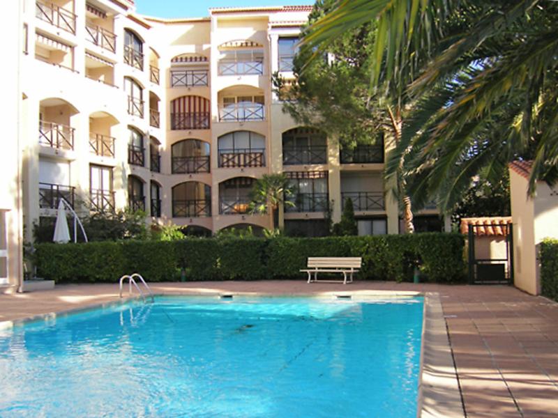 Les coralines 1440716,Cuarto de hotel en Sainte-Maxime, en la Cote d'Azur, Francia  con piscina privada para 2 personas...