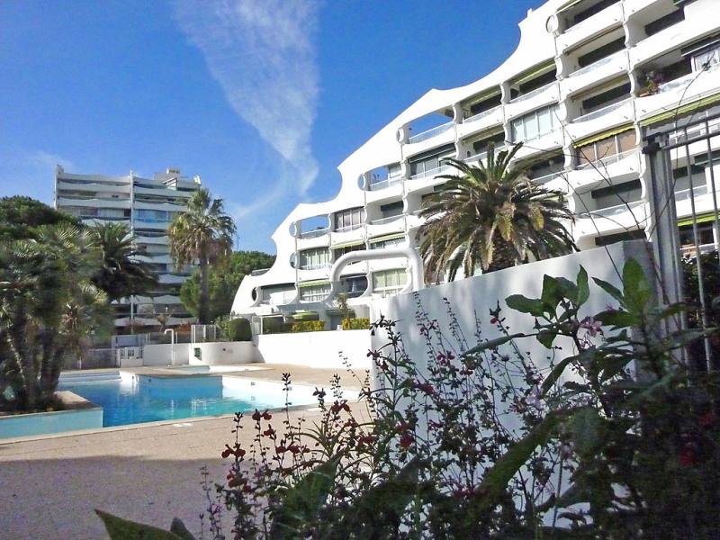 Fleurie i 1455377,Cuarto de hotel en La Grande-Motte, Central Pyrenees, Francia  con piscina privada para 4 personas...