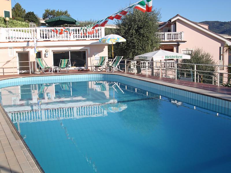 Edy 1458433,Cuarto de hotel en Imperia, Liguria, Italia  con piscina privada para 3 personas...