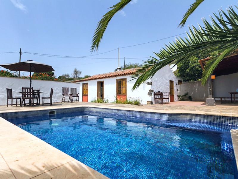 Domi 1463264,Casa rural en El Rosario, en Canarias, España  con piscina privada para 4 personas...