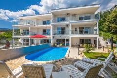 Luxuriöse und modern eingerichtete villa mit pool und meerblick