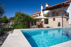 Wunderschöne rustikales ferienhaus mit pool und jacuzzi für 10 personen