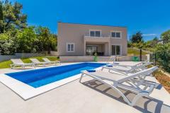 Modernly furnished villa for eight persons, swimming pool, peaceful location