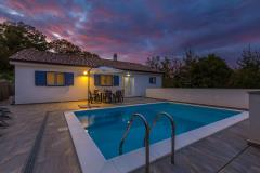 Lovely holiday house with with maximum privacy - private pool, outdoor shower, barbecue, private parking